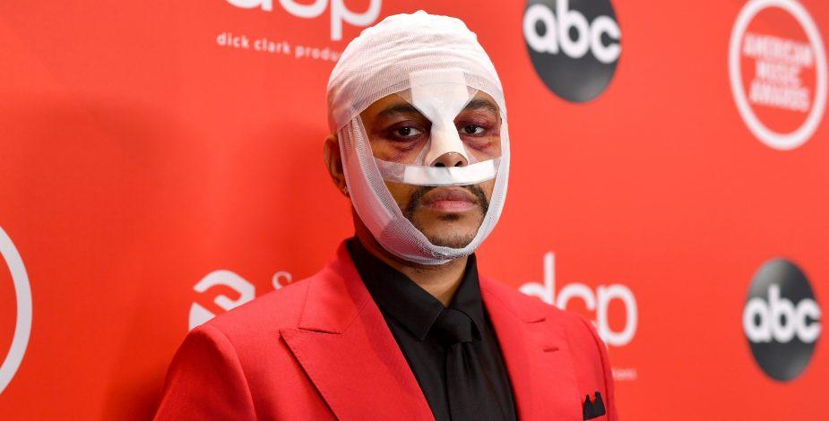 """El motivo detrás del extraño look de """"golpeado"""" de The Weekend en los AMA's"""