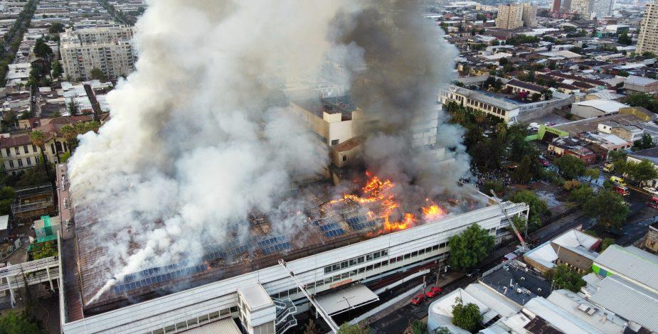 Se registra incendio en el Hospital San Borja Arriarán con gran columna de humo en el centro de Santiago